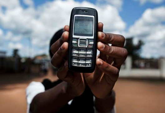 Nurse Tiwonge Chisale from the Kabudula Community Hospital holds a mobile phone, Lilongwe District, Malawi ©